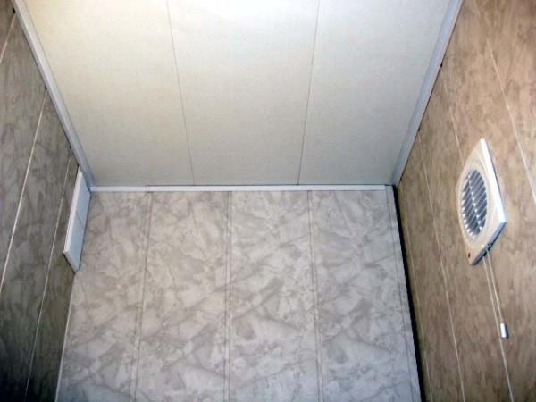 Туалет, обшитый пластиком