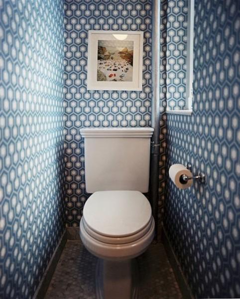 Стены туалета, оклеенные обоями