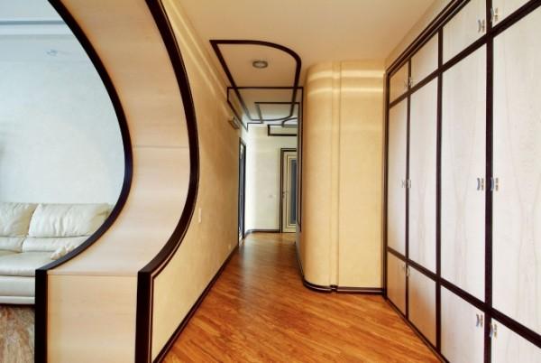 Отделка арки и коридора контрастным молдингом