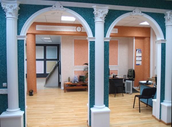Полиуретановые арки и колонны, мозаичная штукатурка стен