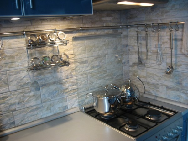 Пример отделки кухни плиткой под камень