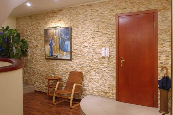 Стена коридора, облицованная декоративным камнем
