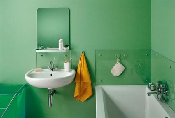 Покраска стен в ванной и установка защиты от брызг