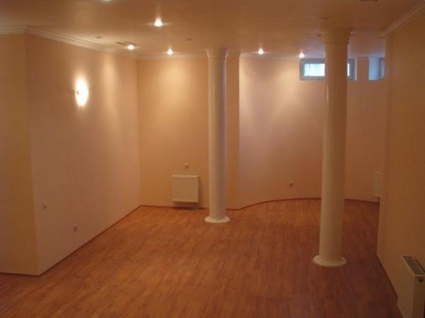 Штукатурные стены в подвальном помещении