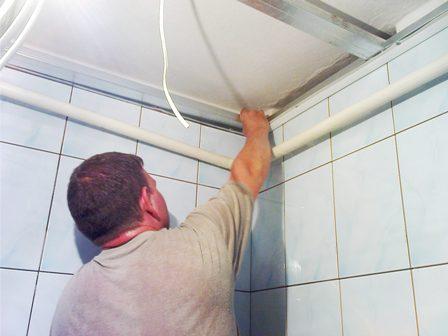 Отделка потолка в ванной – выбор материала