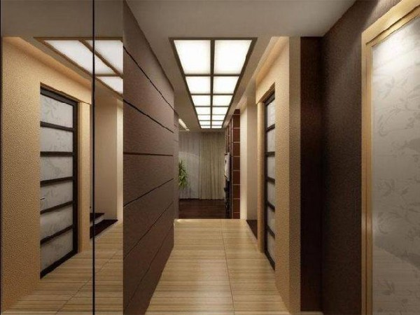 Узкий коридор с подвесным потолком и стенами разного цвета