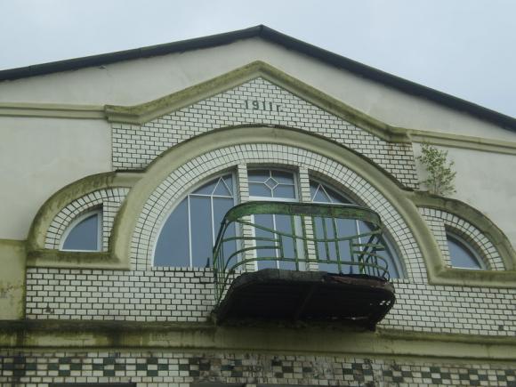 Кирпичный фронтон с балконом