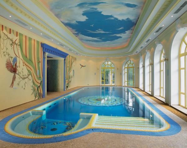 Современный бассейн с оригинальным дизайном