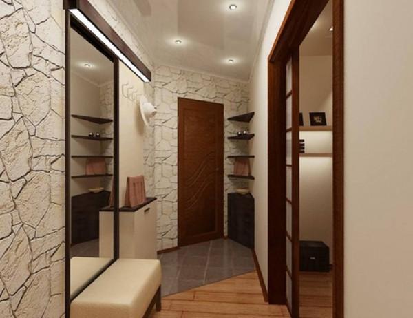 Комбинация декоративного камня с зеркалами в узком коридоре