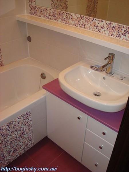 Узкая полочка с зеркалом по всей ширине ванной