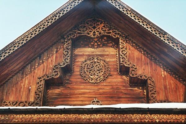 Резной деревянный фронтон