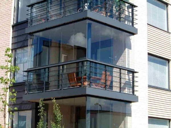 Вариант безрамного остекления балкона