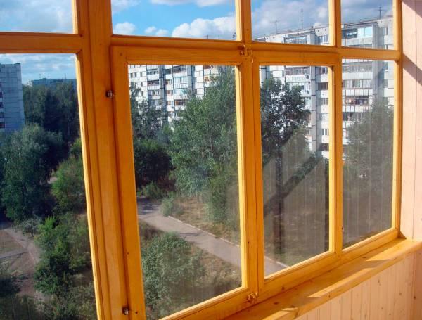 Установка деревянной рамы на балконе