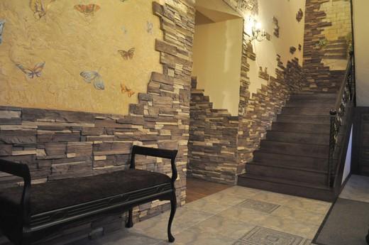 Комбинированная отделка стен коридора