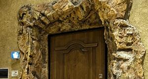 Как смотрится натуральный камень для откосов входной двери