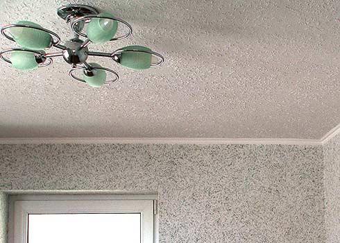 Комбинация жидких обоев на потолке и стенах
