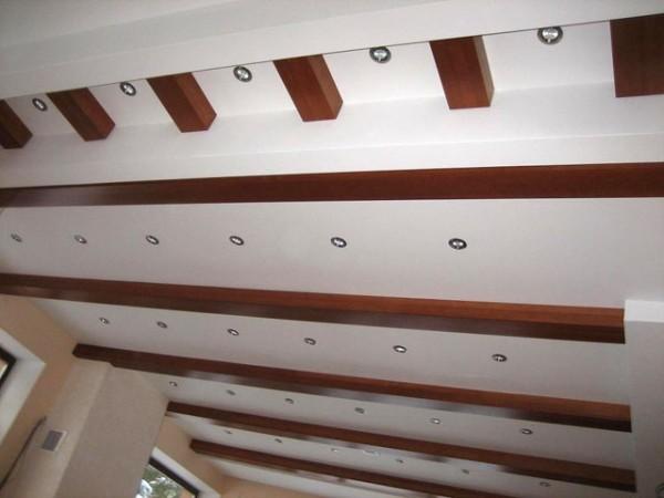 Гипсокартонный потолок с фальш-балками