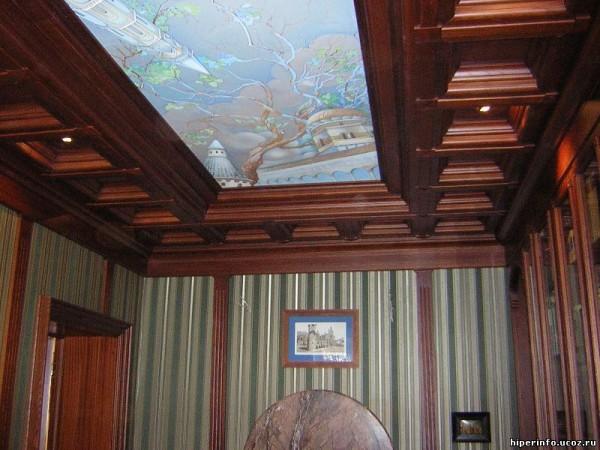 Витраж на деревянном потолке