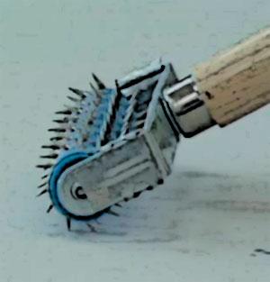 Применяем игольчатый валик и делаем отверстия в материале