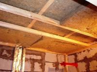 Обрешетка и утеплитель на потолке сауны