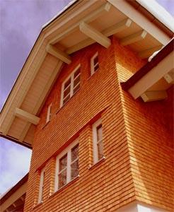 Отделка фасада дранкой из красного канадского кедра