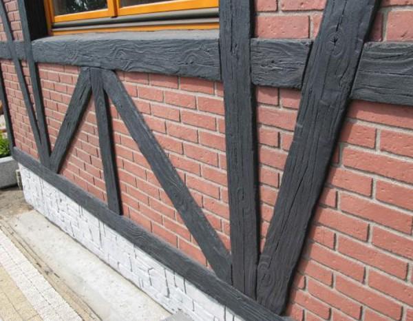 Стена фасада, оклеенная полиуретановой доской