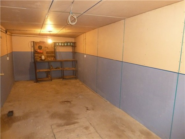 Окрашенные ДСП на потолке и стенах