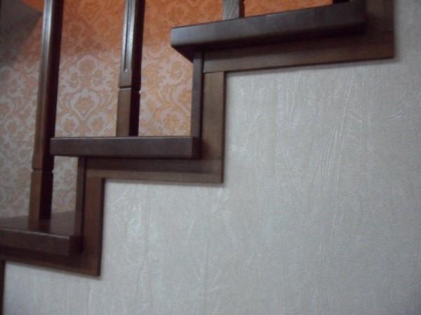 Деревянные проступи на бетонной лестнице
