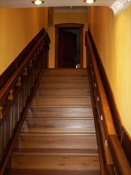 Деревянная стена вдоль лестничного пролёта