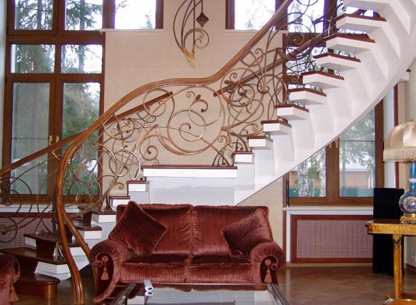 Перила лестниц: отделка коваными балясинами