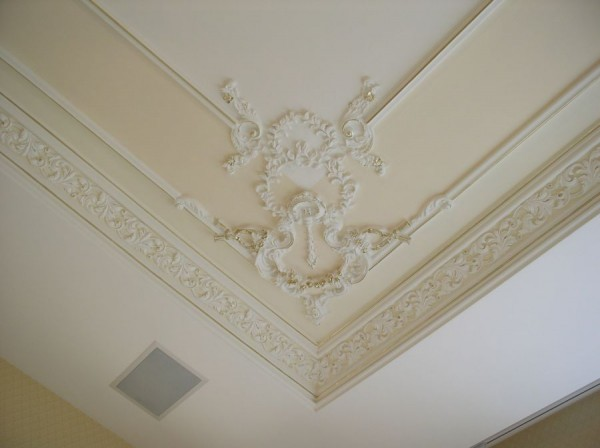Отделка потолка с применением лепнины
