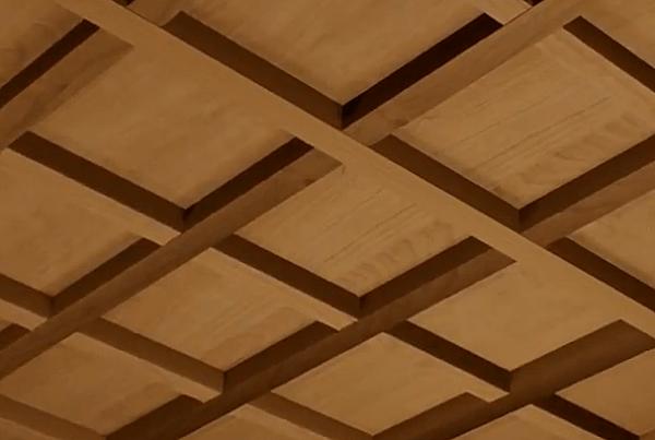 Фанерный потолок с решёткой из брусьев