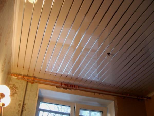 Потолок и стены, отделанные разными видами пластика