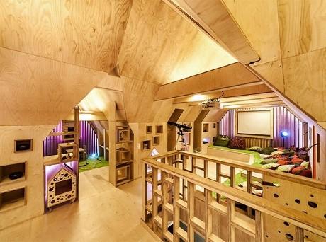 Мансарда деревянного дома, обшитая фанерой