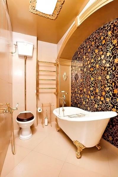 Декор стены ванной комнаты обоями