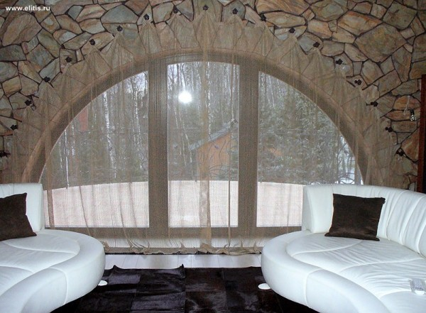 Отделка стены вокруг арки акриловой плиткой