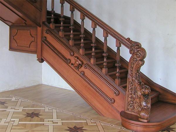 Перила деревянной лестницы, украшенные резьбой