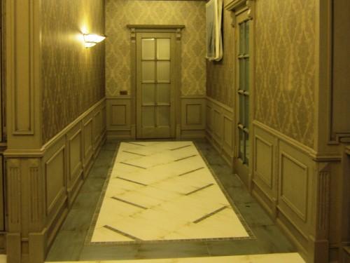 Отделка стен коридора деревянными панелями