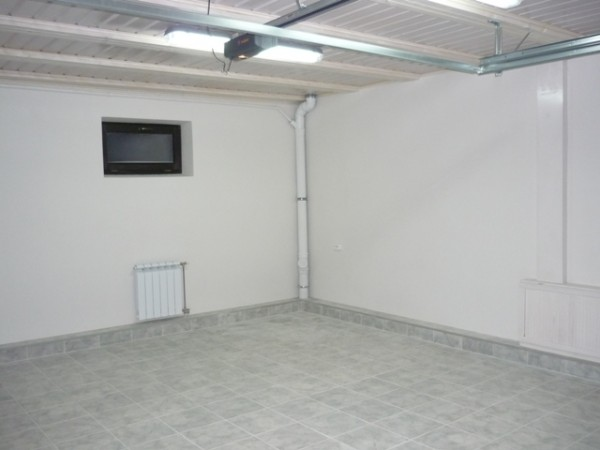 Оштукатуренные стены гаража