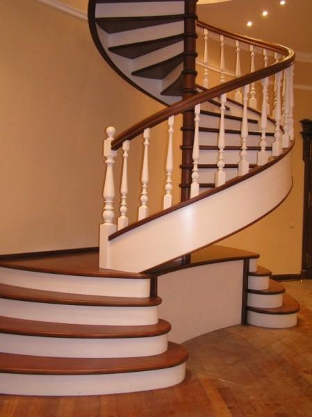Винтовая лестница, ведущая в подвал