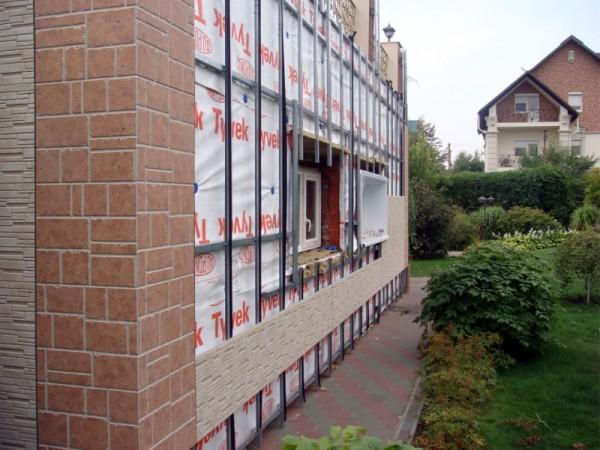 Декоративная отделка угла и монтаж фасадных панелей