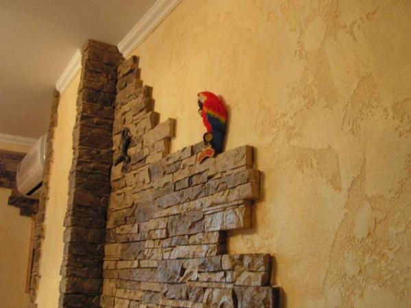 Декоративная штукатурка с искусственным камнем в интерьере