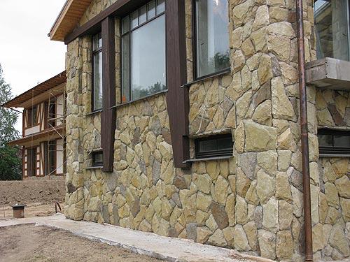 Фасад, облицованный натуральным камнем