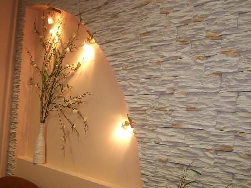 Интересное сочетание осветительных приборов с декоративным камнем