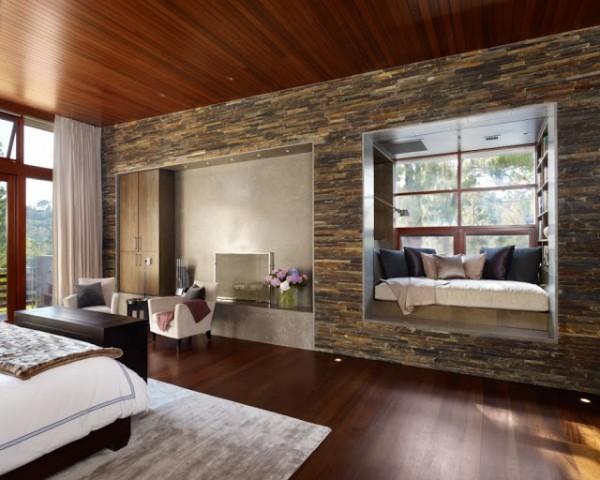 Камень в интерьере деревянного дома