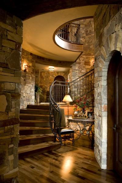 Камень в отделке стены вдоль лестничного пролёта