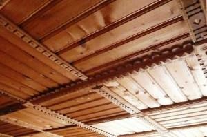 Неповторимая отделка потолка рельефными панелями