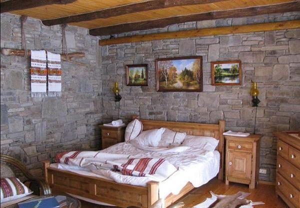 Обои с каменным шпоном в деревянном доме
