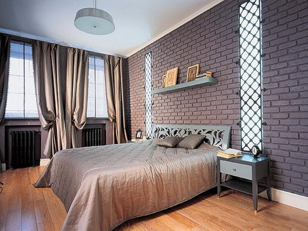 Окрашенная кирпичная стена в интерьере спальни
