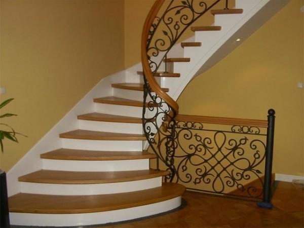 Бетонная лестница с оригинальным парапетом